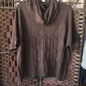 Brown Crowl neck short sleeved sweater.